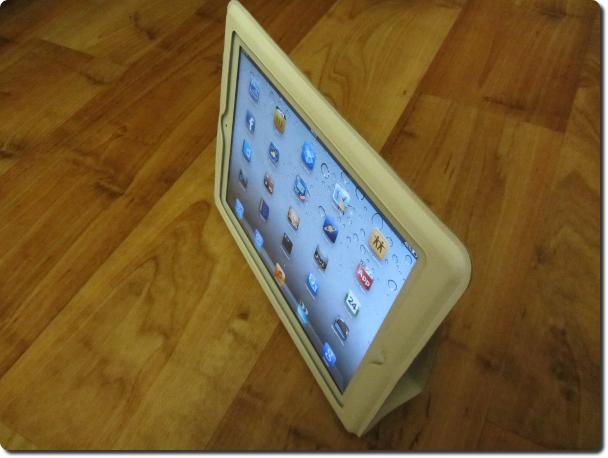 Кожаный чехол можно использовать в качестве подставки для iPad